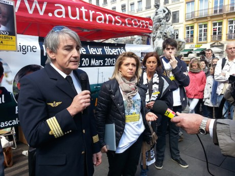 Les familles des pilotes et leur comité de soutien lors d'une précédente manifestation à Lyon - LyonMag