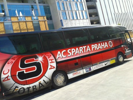 Le bus du Sparta garé devant le Novotel Confluence - Photo LyonMag