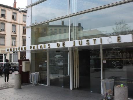 A part les avocats, tout le monde doit passer sous les portiques du tribunal à Lyon - LyonMag