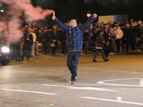 Un supporter muni d'un fumigène dimanche soir avant la rencontre - LyonMag
