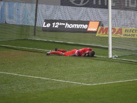 Anthony Lopes a bien du mal à conserver son but inviolé - LyonMag