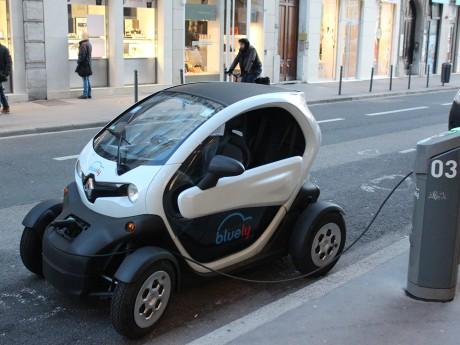 Une voiture en recharge avec Bluely - LyonMag