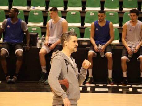 JD Jackson et ses joueurs à l'entraînement - LyonMag