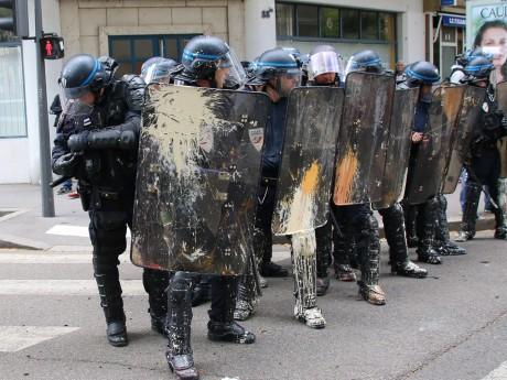Les policiers essuient régulièrement des jets de projectiles et de peinture à Lyon - LyonMag