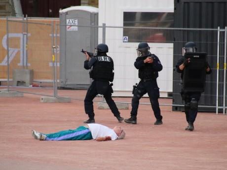 Des acteurs joueront le rôle des victimes, comme ici lors d'un exercice place Bellecour - LyonMag