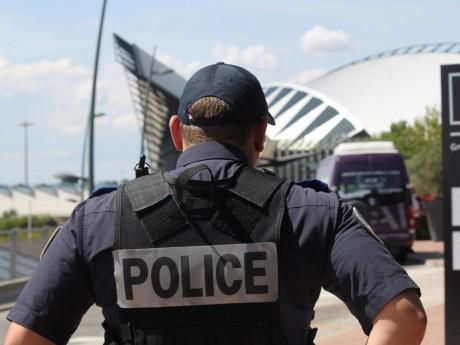 Un policier en patrouille à l'aéroport de Lyon Saint-Exupéry - LyonMag