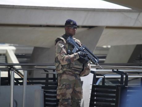 Un militaire en faction armé d'un famas - LyonMag
