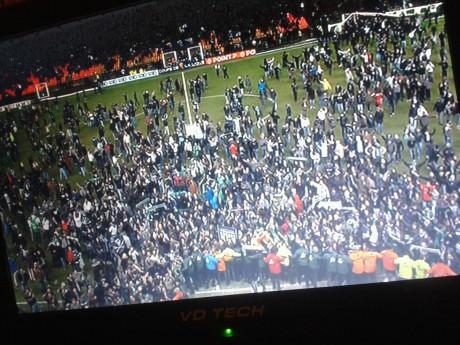 Les supporters stéphanois ont envahi la pelouse sous l'oeil des caméras de France 3 - Photo LyonMag
