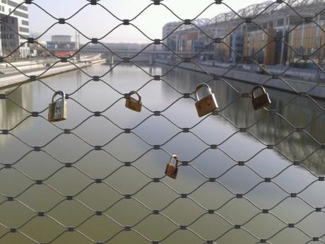 Les cadenas d'amour sur la darse de la Confluence - Photo LyonMag