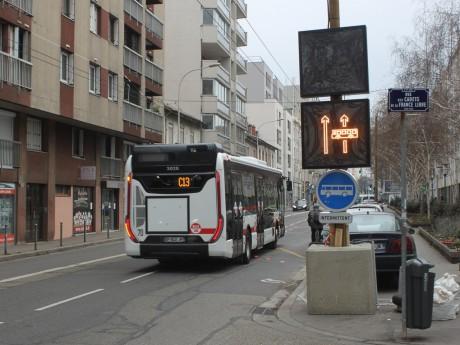 Bus passant dans le couloir dynamique, avenue Lacassagne - LyonMag
