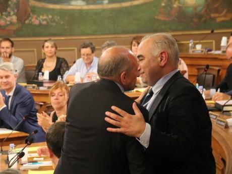 L'accolade entre Gérard Collomb et Georges Képénékian en 2017, quand le premier cédait son siège de maire au second - LyonMag