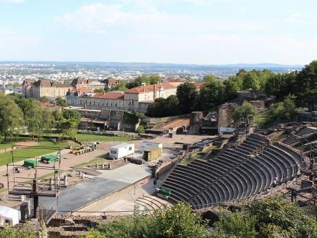 Vue sur le théâtre antique depuis les toits de Ludgunum - LyonMag
