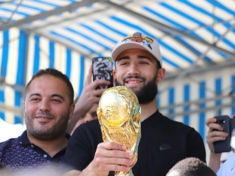 Nabil Fekir et sa réplique du trophée de la Coupe du Monde - LyonMag