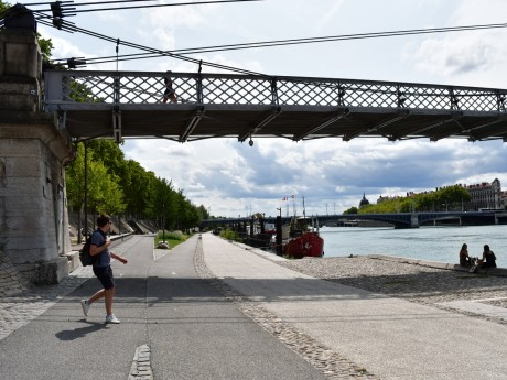 Le sac et le corps ont été retrouvés dans le Rhône le long des Berges - LyonMag