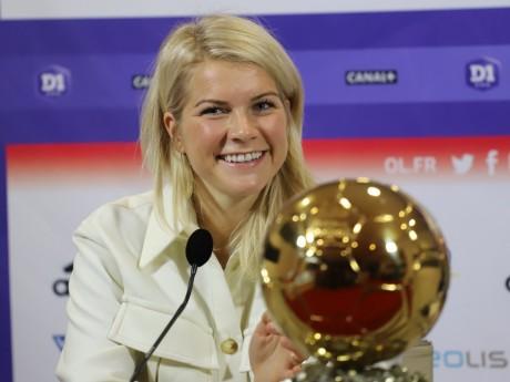 Ada Hegerberg avec son ballon d'or - LyonMag.com