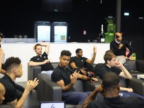 Les joueurs de l'ASVEL disent oui avec les mains - LyonMag