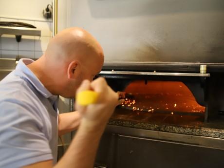 Jordan Tomas devant son four à pizza - LyonMag