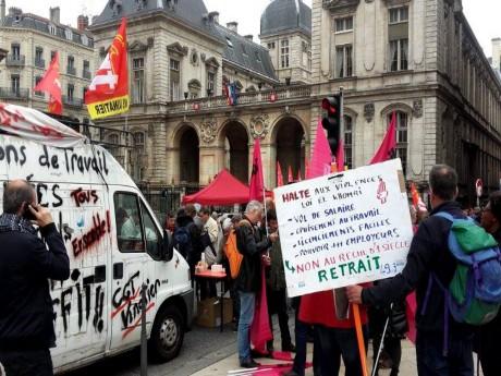 Manifestation contre le 49-3, place Louis Pradel - LyonMag
