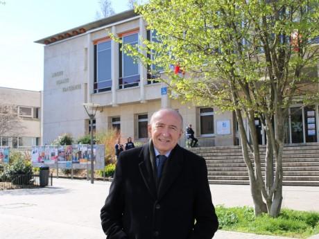 Gérard Collomb devant la mairie du 9e arrondissement de Lyon - LyonMag