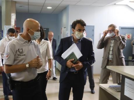 Grégory Doucet en visite au commissariat du 9e cet été - LyonMag