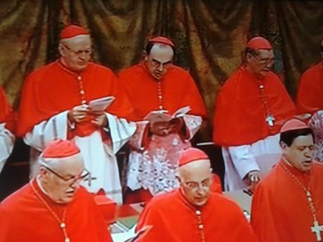 Le cardinal Barbarin dans la Chapelle Sixtine avec les cardinaux électeurs - capture d'écran BFMTV