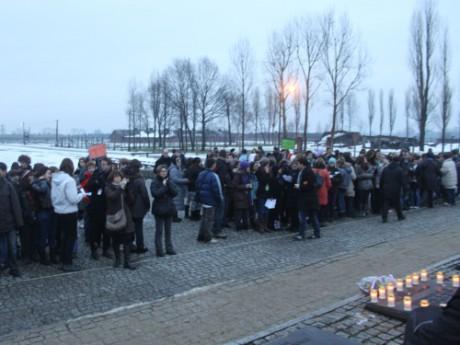 Henri Kichka, rescapé de la déportation, guide les élèves dans le camp de Birkenau