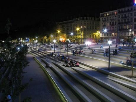 Les Berges du Rhône la nuit - DR