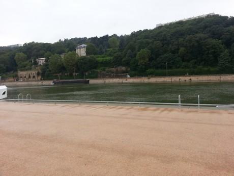 C'est à cet endroit du quai Rambaud que la voiture avait plongé dans la Saône - LyonMag
