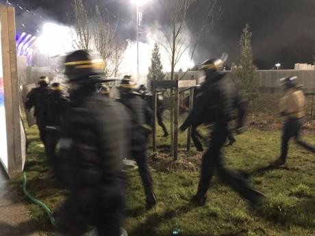 Les policiers durant une charge contre des hooligans - LyonMag