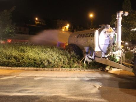 Les agriculteurs ont déversé du lait dans un rond-point, mais aussi des pneus - LyonMag
