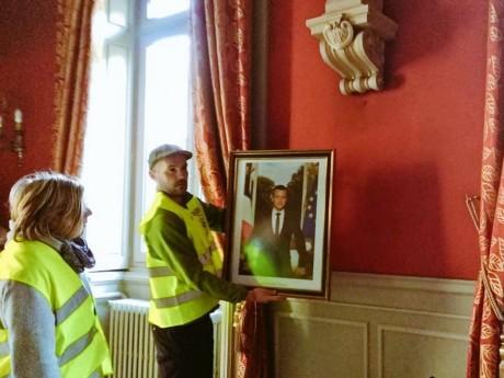 Le portrait d'Emmanuel Macron est décroché à la mairie du 2e - DR Twitter Alternatiba, février 2019
