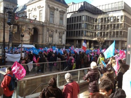 Les opposants devant l'Hôtel de Ville de Lyon samedi après-midi - LyonMag.com