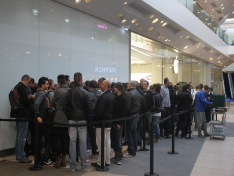 File d'attente devant l'Apple Store de Confluence - Photo LyonMag.com