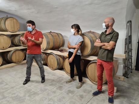 Grégoire et Franck Saint Olive entourent Marie Ody, la maîtresse du chai - LyonMag