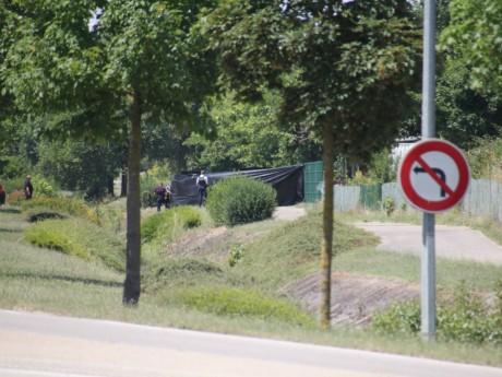 Les grilles, où a été accrochée la tête, sont protégées par des bâches pour permettre aux enquêteurs de travailler en paix - LyonMag