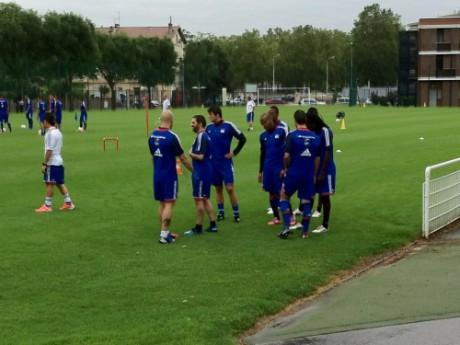 Lundi matin, les joueurs de l'OL s'affichaient avec leur tenue floquée Groupama - LyonMag