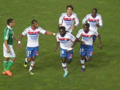 Bafé Gomis fêté par ses partenaires après son but - Photo LyonMag