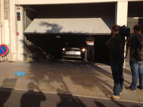 La voiture de la victime présumée sortant du commissariat jeudi soir - LyonMag