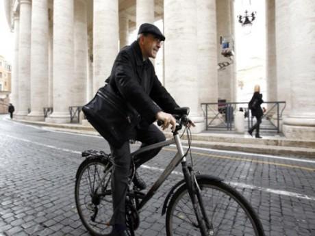 Le cardinal Barbarin, et ses désormais fameuses balades à vélo dans Rome, continuent d'entretenir le buzz - DR Max Rossi / Reuters