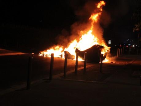 Une barricade érigée contre les secours à Vaulx-en-Velin dans la nuit de lundi à mardi - LyonMag