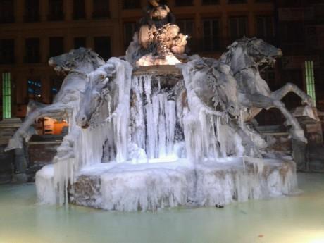 La fontaine Bartholdi prise dans la glace, lors de la récente vague de froid - Photo LyonMag.com