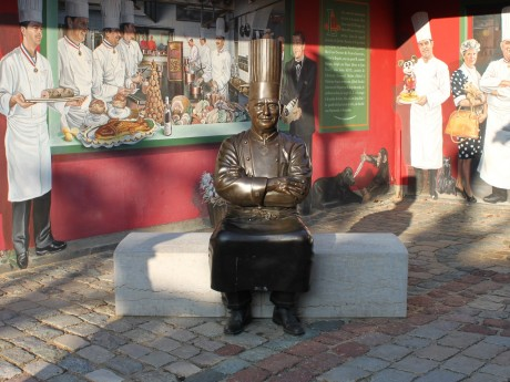 La statue de Paul Bocuse devant l'Auberge de Collonges - LyonMag