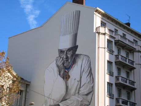 Fresque en hommage de Paul Bocuse, devant les halles éponymes - LyonMag