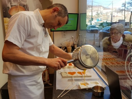 Julien Taboury, le gérant des Bonbons de Julien, en pleine démonstration - LyonMag