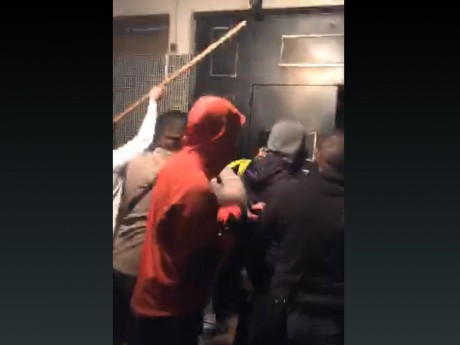 Les jeunes cherchant à rentrer dans le Red Room vendredi, parfois armés de bâtons - Capture d'écran DR