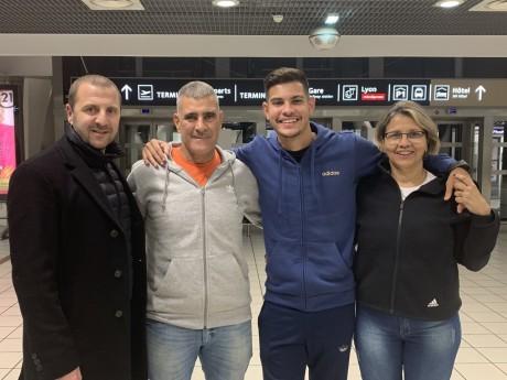 Bruno Guimaraes et son entourage ainsi Florian Maurice, le responsable du recrutement à l'OL - DR/Twitter OL