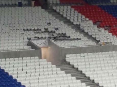 Des sièges arrachés, brûlés au Parc OL - DR
