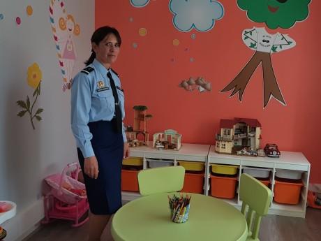 L'adjudante-chef Violaine Chabardes dans les locaux rénovés de la BPDJ - LyonMag