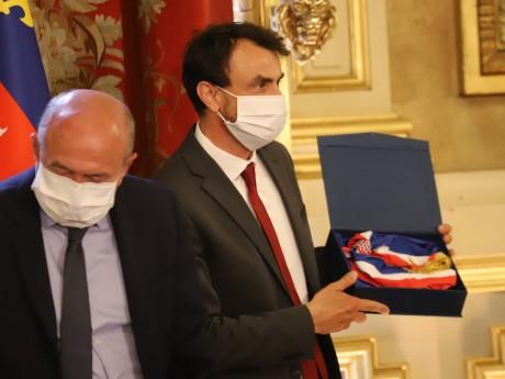 Grégory Doucet a reçu l'écharpe de maire des mains de Gérard Collomb - LyonMag