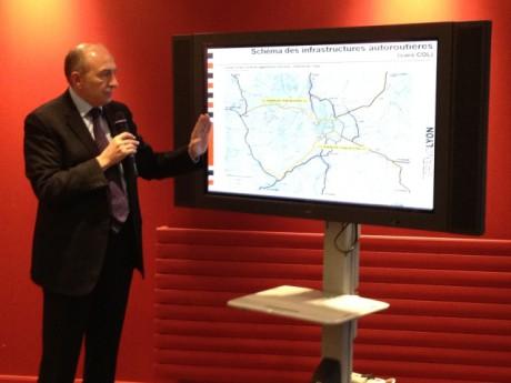Gérard Collomb devant le plan des autoroutes de la région lyonnaise - Photo Lyonmag.com